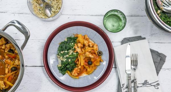 Käse hobeln und mit Walnüssen über Spinat geben. Paprika-Hähnchen mit Olivenöl abschmecken und mit dem Spinat servieren.