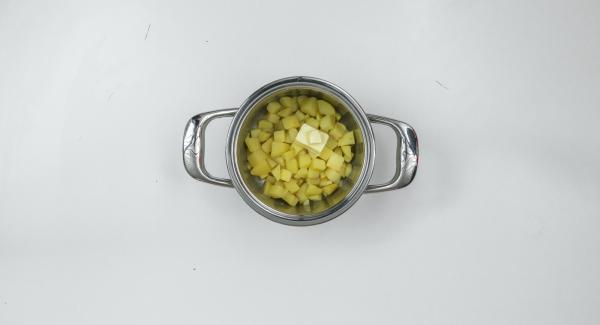 Am Ende der Garzeit Herd ausschalten. Butter zu den Kartoffeln geben und fein stampfen. Möhren mit heisser Milch in einem passenden Gefäss pürieren und anschliessend unter die gestampften Kartoffeln mischen.