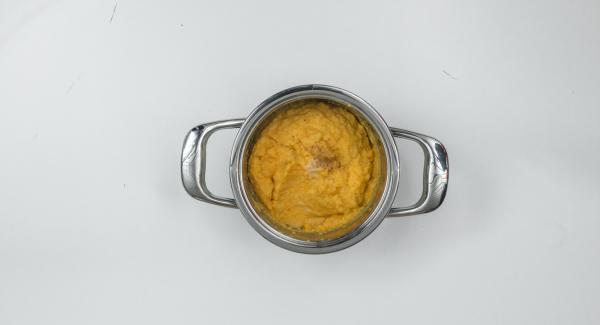 Gemüsepüree mit Salz und Muskatnuss abschmecken. Zum Servieren die Petersilienblätter abzupfen und grob gehackt darüber geben.