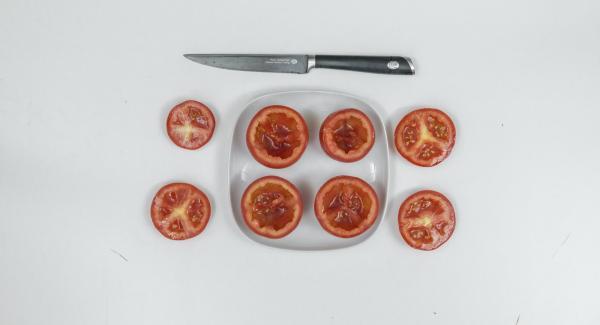 Tomaten waschen und Oberseite abschneiden. Tomate halbieren und mit einem Teelöffel aushöhlen.