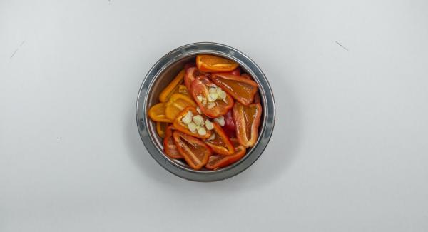 Paprikaschoten und Knoblauch mit Olivenöl mischen, in eine HotPan geben, Deckel auflegen, Herd auf höchste Stufe schalten, Audiotherm einschalten, auf Visiotherm aufsetzen und drehen bis das Brat-Symbol erscheint.