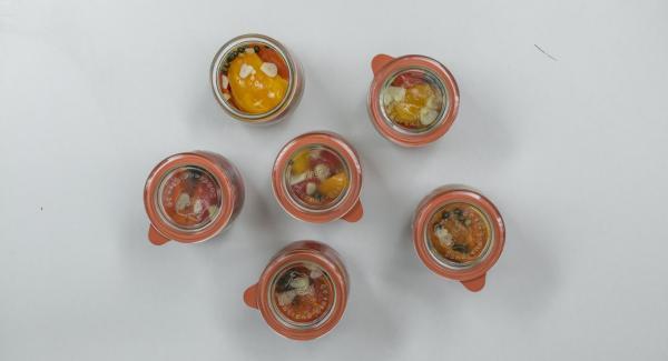 Gläser mit Gummiringen und Deckeln verschließen. Mit passenden Metallklammern fixieren.