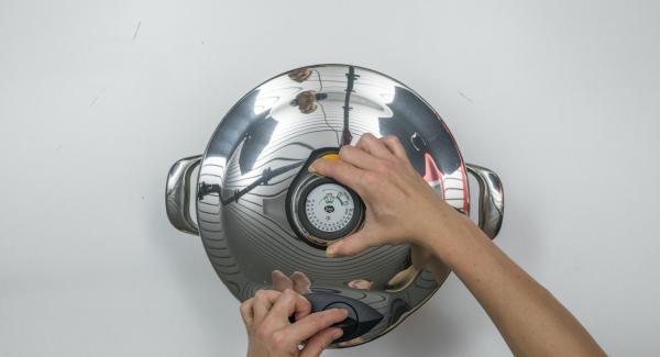 250 ml Wasser in eine GourmetLine geben, gefüllte Gläser mit dem Softiera-Einsatz (ohne Bügel) hineinsetzen und mit dem Secuquick softline verschließen.