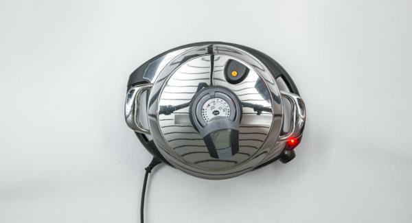 EasyQuick mit Dichring 20 cm auf Topf setzen. Topf auf Navigenio stellen und diesen auf Stufe 6 schalten. Audiotherm einschalten, auf Visiotherm aufsetzen und drehen, bis das Brat-Symbol erscheint.