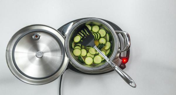 Sobald der Audiotherm beim Erreichen des Brat-Fensters piepst, auf Stufe 2 schalten, Speckstreifen hineingeben und anbraten. Mit Wasser oder Gemüsebrühe ablöschen und Zucchini zugeben.