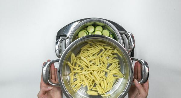 Pasta in Kombi-Siebeinsatz geben, auf Topf stellen und EasyQuick mit Dichtring 24 cm aufsetzen.
