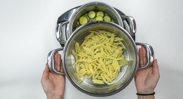Nach Ablauf der Garzeit etwas Speck und Zucchini als Dekoration beiseite legen. Restliche Zucchini im Quick Cut zerkleinern. Speck-Zucchinisauce im Topf mit Pasta mischen.