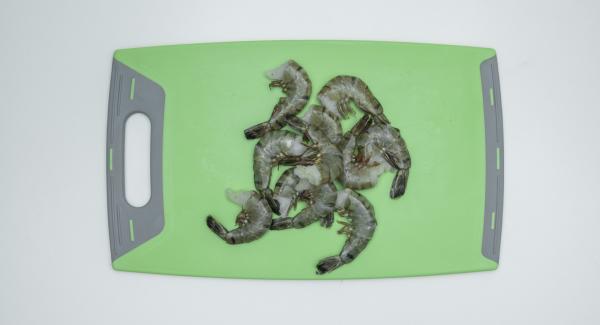 Garnelen am Rückgrat aufschneiden, den schwarzen Darmfaden entfernen. Garnelen mit Knoblauch, Chili, Olivenöl und Paprikapulver mischen, im Kühlschrank ca. 6 Stunden marinieren.