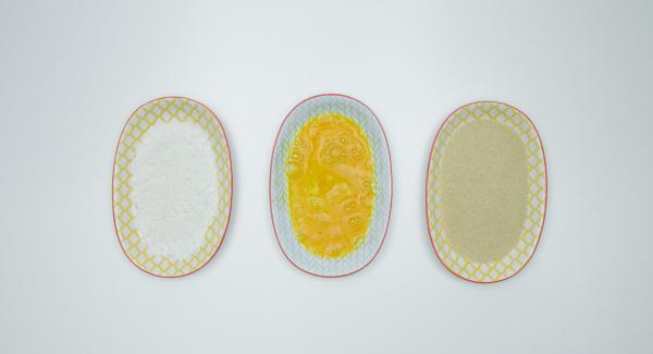 Ei auf einem Teller verquirlen, Mehl und Paniermehl jeweils auf einen Teller geben.