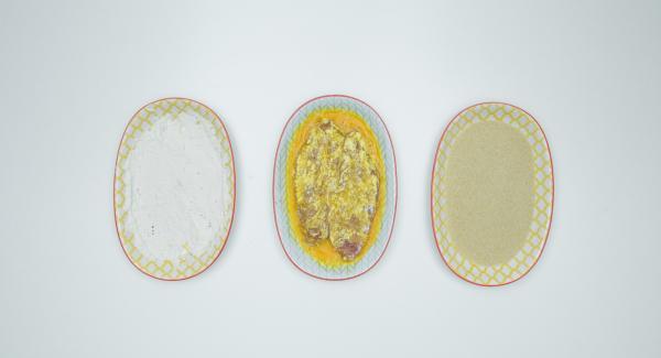 Schnitzel zuerst in Mehl, dann im Ei und zuletzt im Paniermehl wenden. Überschüssige Panade leicht abklopfen.