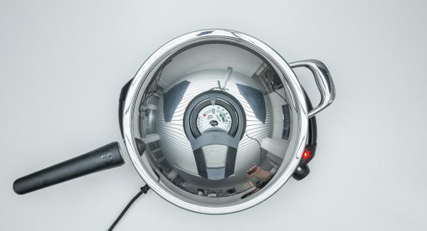 Öl in die HotPan Prime geben, Deckel auflegen, auf Navigenio stellen und auf Stufe 6 schalten. Audiotherm einschalten, auf Visiotherm aufsetzen, drehen bis das Brat-Symbol erscheint.