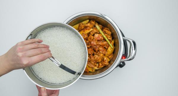 Gewaschenen Reis, Wasser und Salz in einer Softiera-Schale mischen, auf den Topf setzen und einen Deckel auf die Softiera-Schale legen.