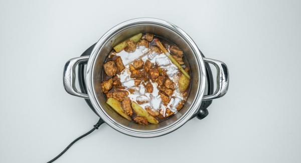 Nach Ende der Garzeit, Softiera-Schale entnehmen und Hähnchenragout mit Kokosmilch verfeinern und abschmecken.