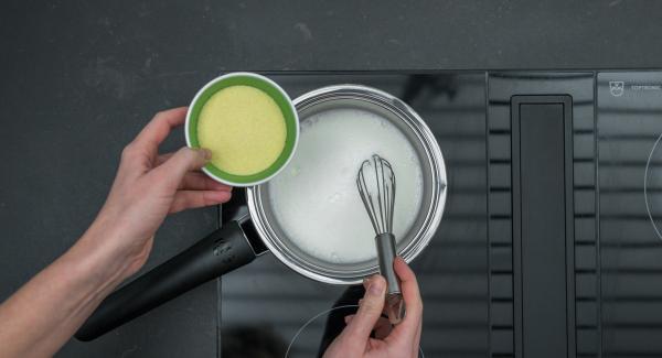 Milch in eine Sauteuse 16 cm geben, auf Herd stellen und Milch auf höchster Stufe aufkochen. Herd ausschalten, Grieß zugeben und unter Rühren 5 Minuten kochen.