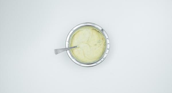 Butter mit Zucker mischen und unter Grieß rühren. Eier trennen. Eigelb und Mandeln ebenfalls zu geben und gründlich vermischen. Eiweiß mit Salz steif schlagen und vorsichtig unterheben.