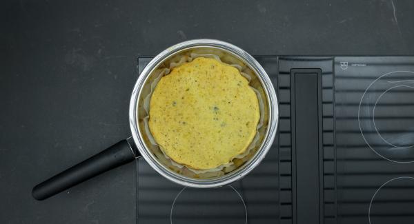 Kuchen auskühlen lassen und mit Puderzucker bestreuen.