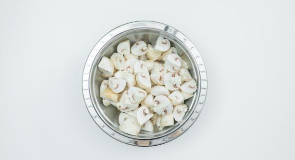 Champignons mit einem Pinsel oder Tuch gründlich säubern und je nach Größe halbieren oder vierteln.