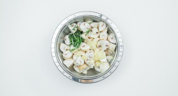Knoblauch schälen und in Scheiben schneiden. Kräuterzweige in kleine Stücke zupfen. Alles mit dem Olivenöl mischen.