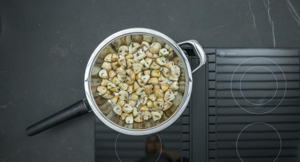 Sobald der Audiotherm beim Erreichen des Brat-Fensters piepst, auf niedrige Stufe schalten, vorbereitete Champignons zugeben und ca. 2 Minuten kräftig anbraten.