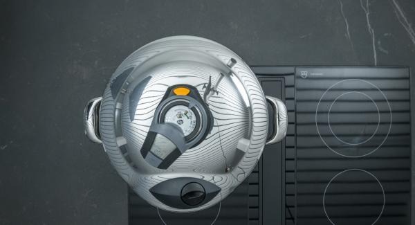 Herd auf höchste Stufe schalten, Topf bis zum ersten Turbo-Fenster aufheizen, auf niedrige Stufe schalten und mit Hilfe des Audiotherms ca. 3 Minuten fertig garen.