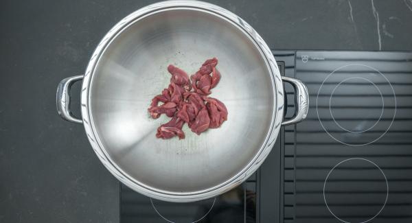 Entenbrust portionsweise anbraten, herausnehmen und warm halten.  Möhrenscheiben ebenfalls anbraten und mit Orangensaft ablöschen, Soja- und Austernsauce sowie Chili und Ingwer zugeben. Alles offen ca.  5 Minuten dicklich einkochen.