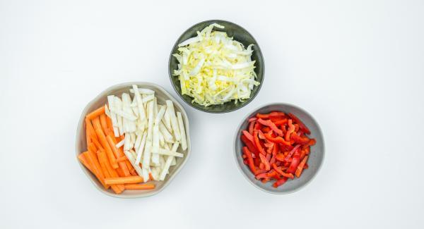 Möhren und Knollensellerie schälen und in feine Streifen schneiden. Chinakohl und Paprikaschote putzen und ebenfalls in dünne Streifen schneiden.