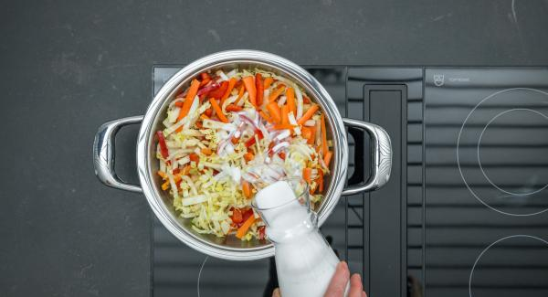 Mit Kokosmilch aufgießen und Sprossen darüber verteilen. Herd auf höchste Stufe schalten, bis zum Gemüse-Fenster aufheizen, auf niedrige Stufe schalten und mit Hilfe des Audiotherms ca. 5 Minuten fertig garen.