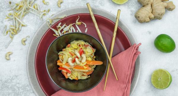 Mit Curry, Salz, Pfeffer und Limettensaft abschmecken. Mit den Cashewkernen bestreut servieren.