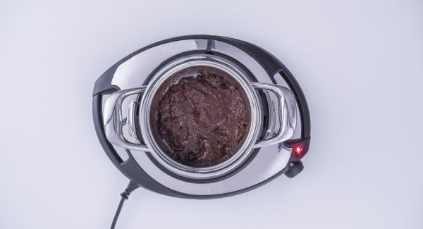 In der Zwischenzeit Schokolade in dem kleinen Topf zum schmelzen bringen.