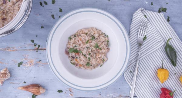 Petersilie im Quick Cut hacken und mit Paprikapulver und etwas Olivenöl zum Risotto geben. Gründlich mischen und servieren.