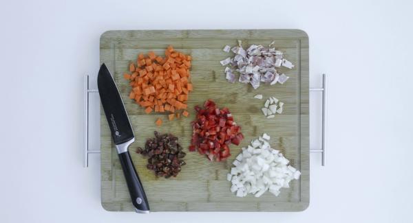 Zwiebel, Möhre, Paprika, Knoblauch, Chorizo und Speck in Würfel schneiden.
