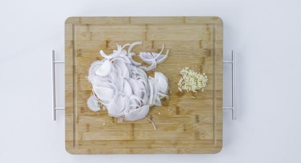 Zwiebel und Knoblauch schälen. Zwiebel in Streifen schneiden, und den Knoblauch sehr fein hacken.