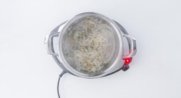 Herausnehmen, die Zwiebel und den Knoblauch hinzufügen und ebenfalls goldbraun braten.