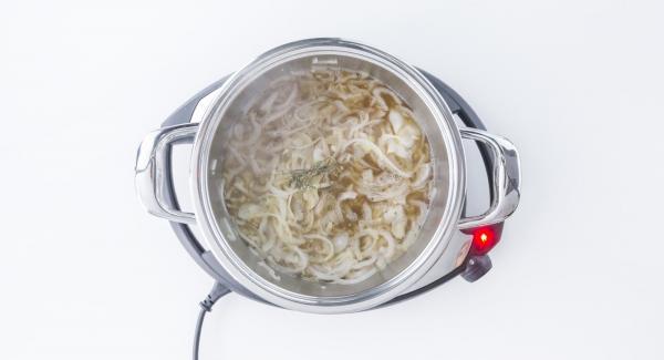 Mit Wein ablöschen und Rosmarin hinzufügen. Das Hühnchen mit Salz und Pfeffer würzen und erneut in den Topf legen.