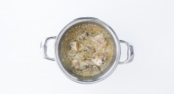 Oliven in die Sauce geben und vor dem Servieren mit Salz, Pfeffer und Olivenöl würzen.