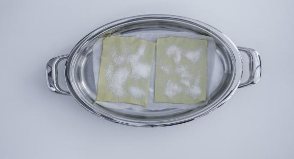 Mit Hilfe des ovalen Deckels ein Backpapier zuschneiden und in den Ovalen Griddle legen. Blätterteig darauflegen und Deckel aufsetzen.