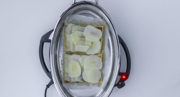 Sobald der Audiotherm beim Erreichen des Gemüse-Fensters piepst, Deckel abnehmen, Blätterteig umdrehen und die Apfelscheiben obendrauf legen.