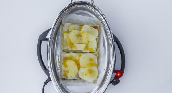Apfelscheiben mit Marmelade bepinseln.