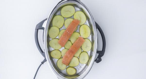 Lachs leicht salzen und auf die Kartoffelscheiben setzen.