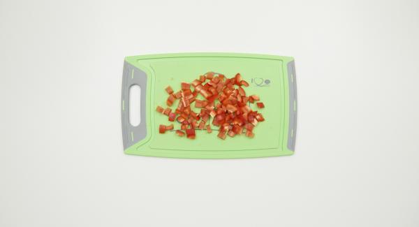 Paprikaschote putzen und klein würfeln. Mit Nudeln Gemüsebrühe, Schinkenwürfeln und gefrorenem Spinat in einem Topf mischen.