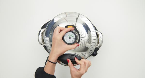 """Secuquick softline aufsetzen und verschliessen. Topf auf Navigenio stellen und diesen auf """"A"""" schalten, Audiotherm einschalten, ca. 2 Minuten Garzeit am Audiotherm eingeben, auf Visiotherm aufsetzen und drehen bis das Soft-Symbol erscheint."""