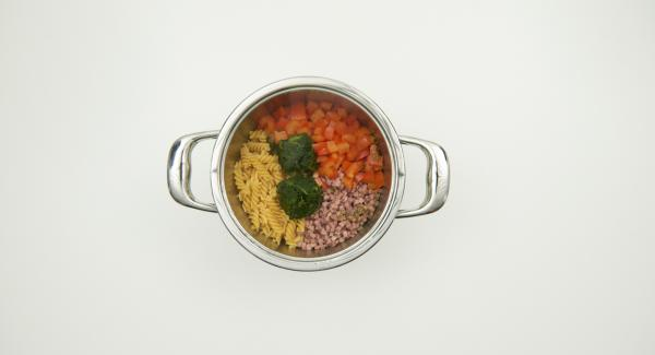 Secuquick abnehmen und Sahne unterrühren. Mit Paprikapulver, Salz und Pfeffer abschmecken und mit Käse bestreuen.