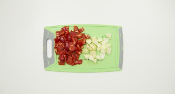 Zwiebeln schälen und würfeln, Paprikaschoten putzen und in Würfel schneiden. Gulasch in kleine Würfel schneiden.