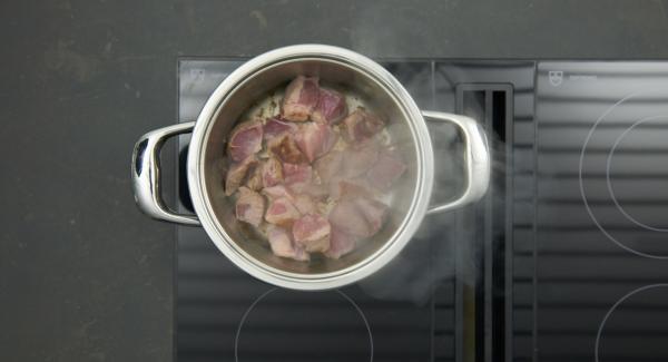 Sobald der Audiotherm beim Erreichen des Brat-Fensters piepst, Fleisch in den Topf geben (nicht reduzieren)und nach kurzem Moment wenden.