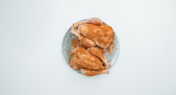 Hähnchen rundherum mit Gewürz einreiben und ca. 2 h marinieren.