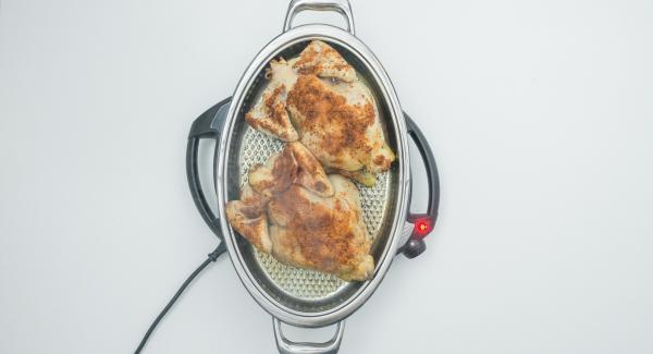 Mit Hilfe des Audiotherm braten bis der Wendepunkt bei 90 °C erreicht ist. Hähnchen wenden und Deckel aufsetzen.