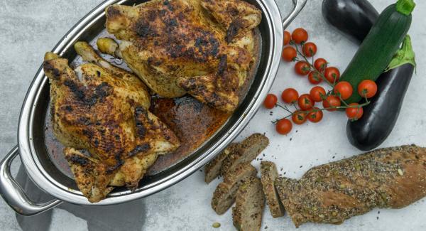 Nach Ende der Garzeit Deckel abnehmen, Hähnchen herausnehmen und mit der Bratensauce servieren. Dazu passt z.B. ein gemischter Salat.