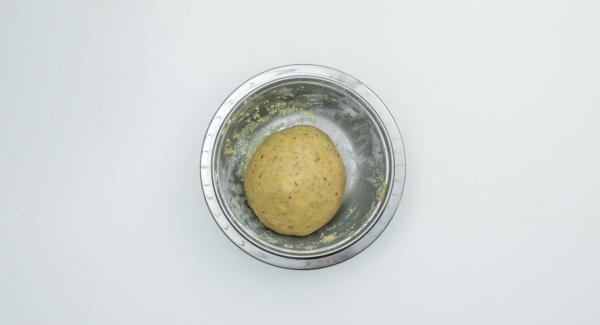 In einer Schüssel die ersten 5 Zutaten mischen. Butter untermischen, Eier zugeben und alles zu einem geschmeidigen Teig kneten.