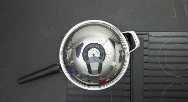 HotPan Prime auf Herd stellen und auf höchste Stufe schalten. Audiotherm einschalten, auf Visiotherm aufsetzen und drehen bis das Brat-Symbol erscheint. Sobald der Audiotherm beim Erreichen des Brat-Fensters piepst, auf niedrige Stufe schalten und Bratbutter in die Pfanne geben.