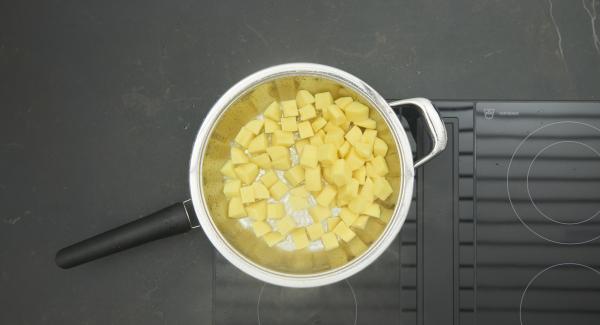 Kartoffelwürfel in der HotPan Prime verteilen und Deckel auflegen. Mit Hilfe des Audiotherms braten bis der Wendepunkt bei 90°C erreicht ist.